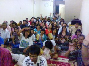 Jemaat Tuhan sedang berdoa bersama di JDS-GEIS